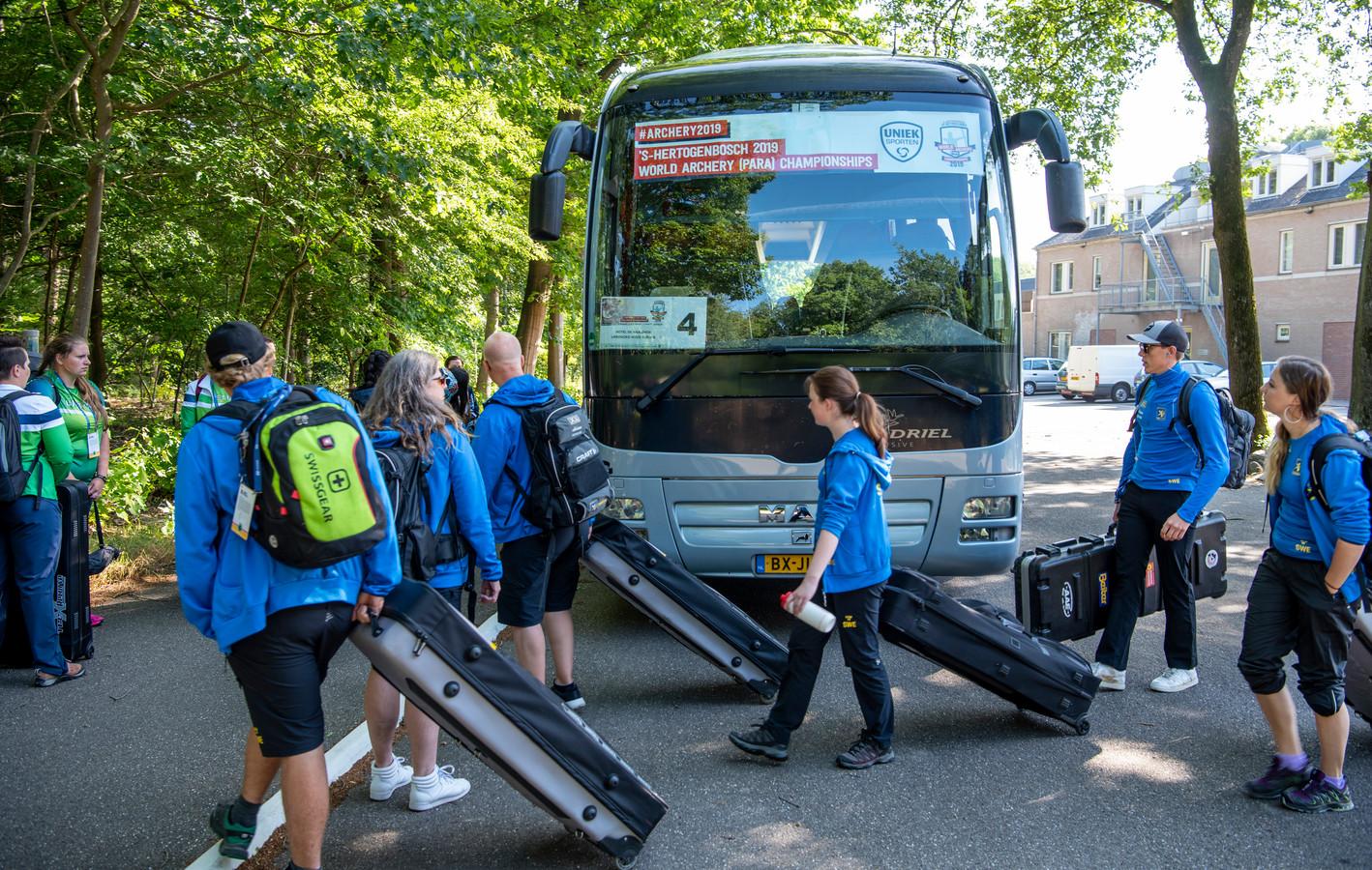 Het Zweedse team stapt in de bus voor de rit naar Den Bosch.