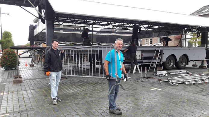 Jens Huigen en Antoine Janssen bij de opbouw van het podium