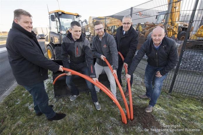 Aftrap aanleg glasvezel op Zenkeldamshoek. Van links naar rechts: Te Morsche , Tiehuis van Ariane ICT, Aalderink van Reggestad, wethouder Scholten, en Henry Tijhuis van Goor Collectief.