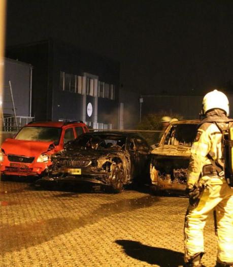 Autowrak van brand in Stadshagen vat opnieuw vlam bij bergingsbedrijf in Zwolle