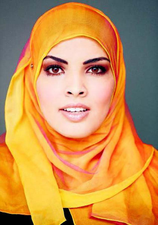 Dat er naar een hoofddoek anders kan worden gekeken dan louter als kopvod, zoals Wilders typeerde, blijkt uit het vandaag verschenen magazine Hoofdboek. Daarin poseert de Marokkaanse journaliste Boutaïna Azzabi met honderd verschillende hoofddoeken. © SANDER STOEPKER
