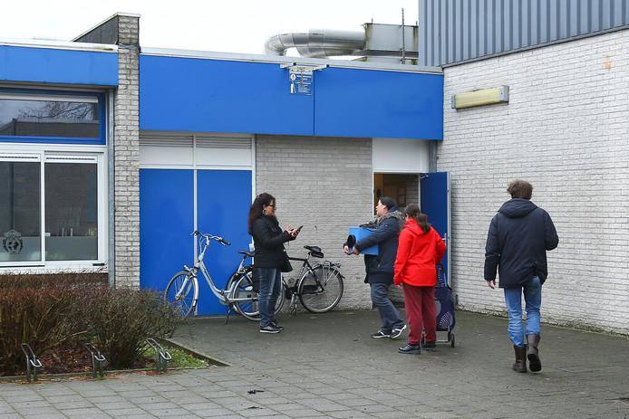 Getroffen bewoners halen kacheltjes bij het tijdelijke informatiecentrum aan het Mondriaanplantsoen in Ede.