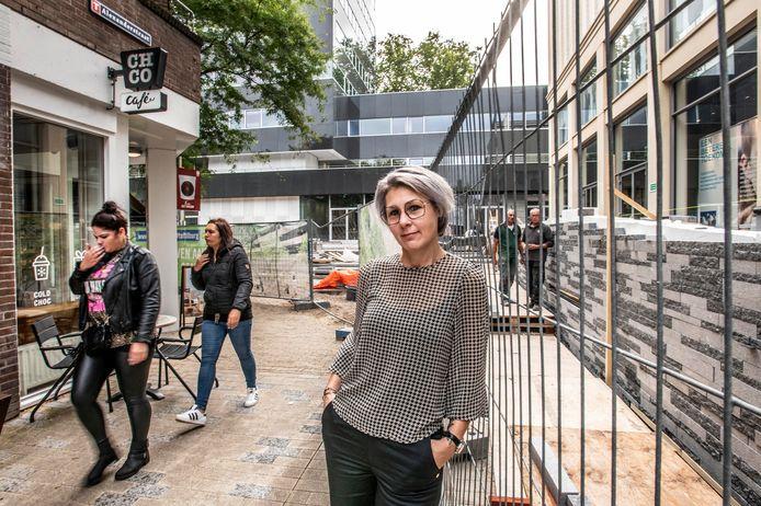 In de schaduw van het Tilburgse stadskantoor stapelt de pech zich op. Twee jaar na de opening van hun droomzaakje zit het Chocolate Company Café nog altijd in een bouwput. Op de foto: onderneemster Christel Sparla.