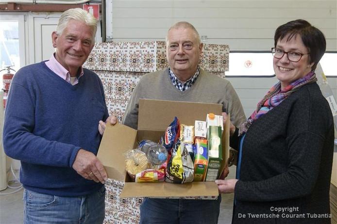 Sieger Postma, Ton Scheurink en Renate Vlutters (vlnr.) hopen dat de jaarlijkse inzameling van kerstpakketten tegen stille armoede ook in 2016 een vervolg kan krijgen