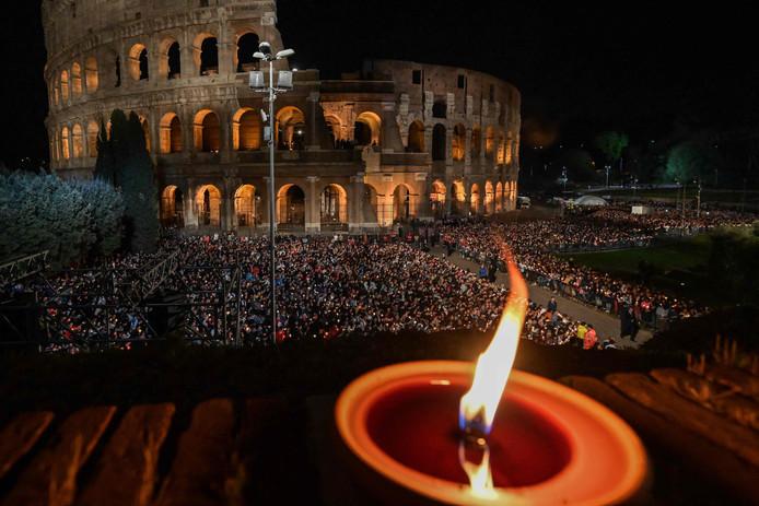 Duizenden bezoekers waren op de avond van Goede Vrijdag aanwezig rond het Colosseum in Rome om de Kruisweg-processie bij te wonen.
