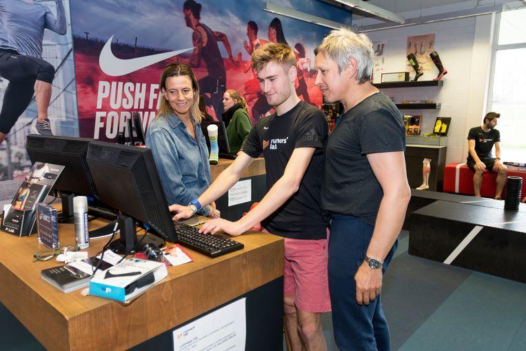 Lieven bekijkt samen met Ruud van Runner's Lab het looppatroon van zijn vrouw Isabelle.