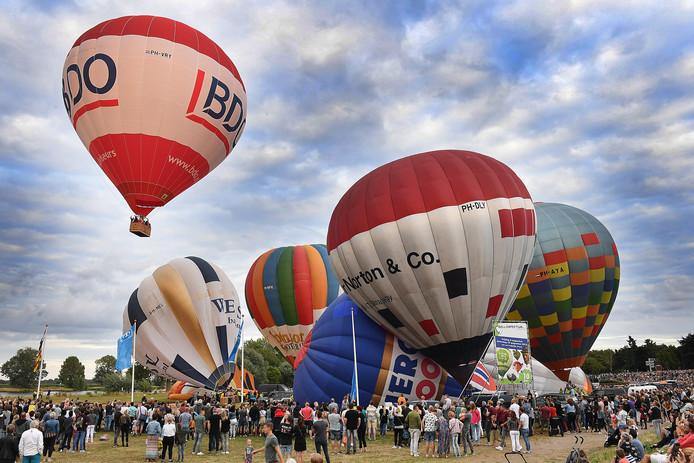 Het startsein voor de Luchtballonnen werd zondagavond rond 20.00 uur gegeven.