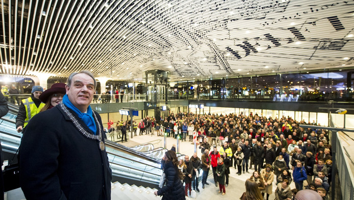 Bas Verkerk (links) tijdens de recente opening van de nieuwe stationshal in Delft.
