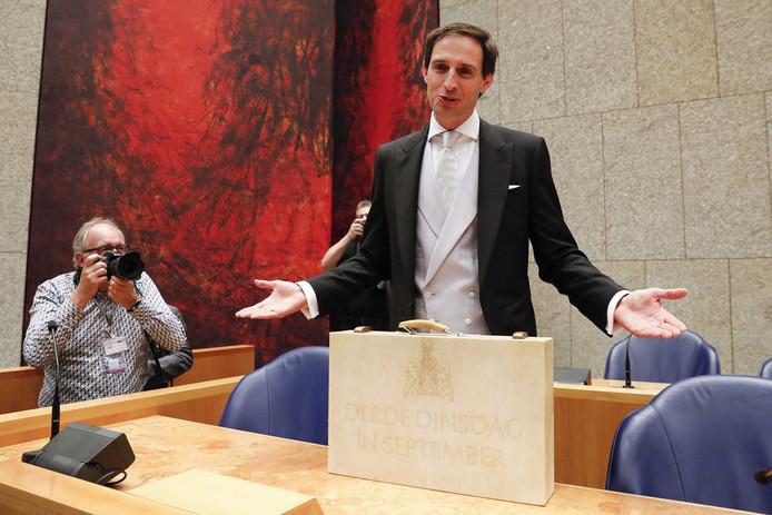 De Miljoenennota die minister Wopke Hoekstra van Financiën op Prinsjesdag presenteerde kan door de coronacrisis in de prullenbak.