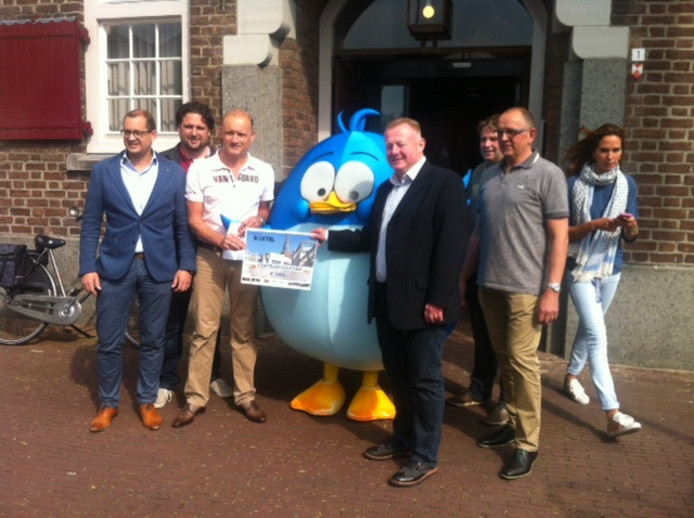 Wethouder Eric van de Broek bij de presentatie van het Boxtelaartje (vogeltje).