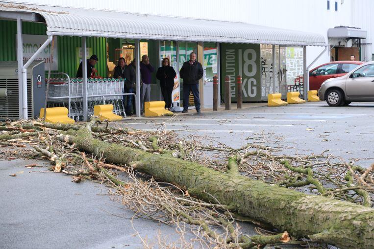 Een tiental klanten van de supermarkt konden met de auto niet meer van de parking.