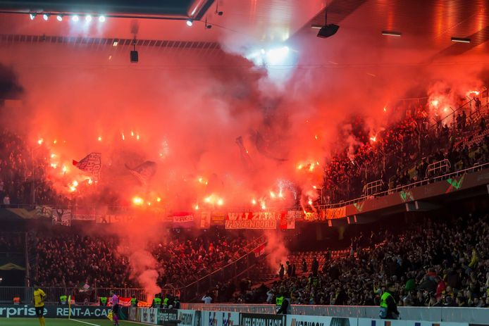 Tijdens de Europa League-wedstrijd van Feyenoord tegen Young Boys werd veel vuurwerk afgestoken.