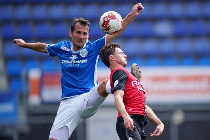 Paco van Moorsel (links) duelleert met  Guido van Rijn van De Treffers in de vorige oefenwedstrijd van FC Den Bosch.