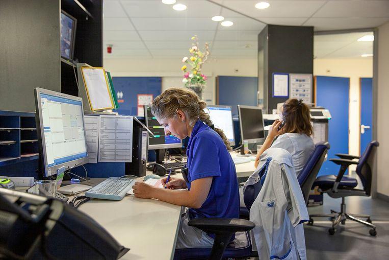 Verpleegkundigen Monique (links) en Myrna. Beeld Harry Cock