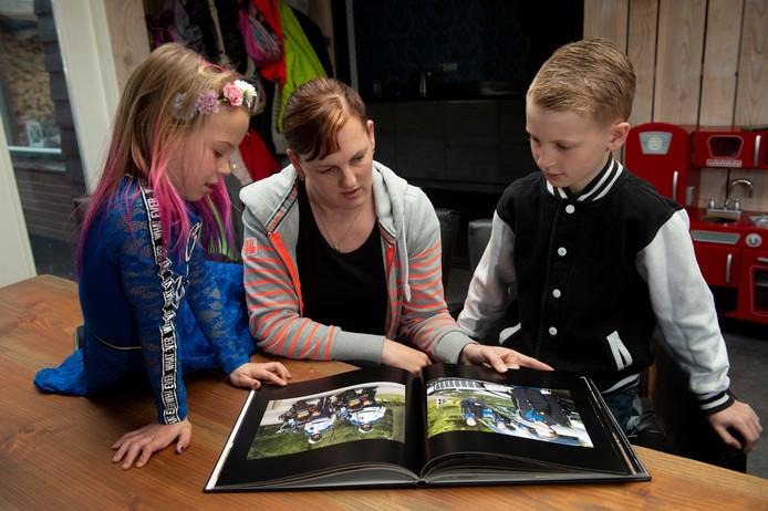 Familie bekijkt de foto's met de herinneringen aan Roel Nijenhuis.