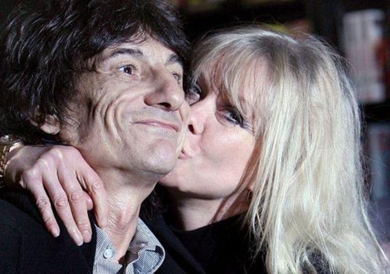 Ron Wood wordt gekust door Jo (archieffoto 16-10-07). ANP Beeld