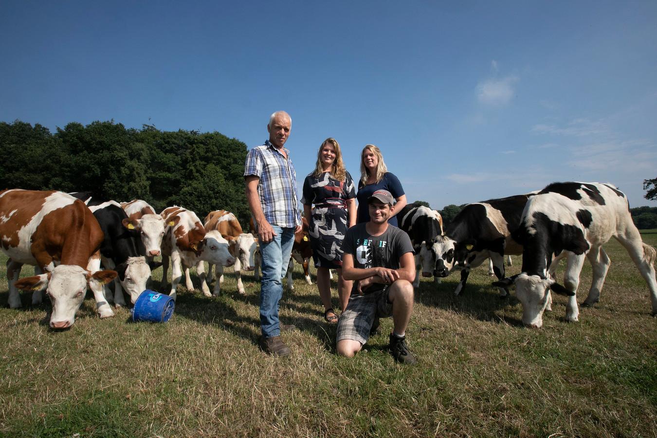 Ruud Meijer, Els Meijer, Joy van den Berk en Ron van Tilburg (vlnr) tussen de koeien van de zorgboerderij.