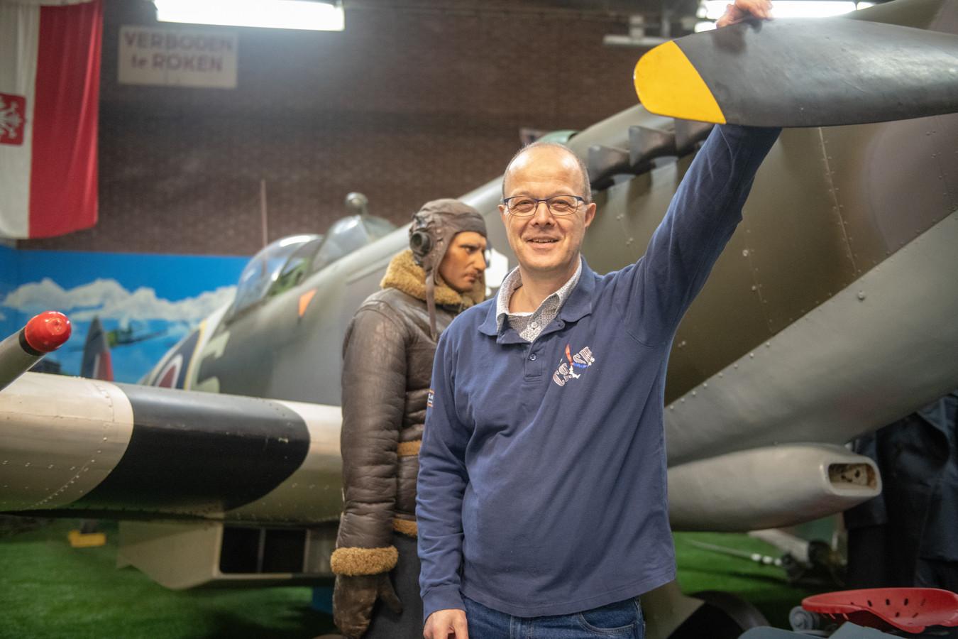 Jan Springintveld vertelt tijdens de Spitfiredag het verhaal over de Australische piloot John Carmichael, die in de oorlog ondergedoken zat in Leimuiden, nadat diens Spitfire was neergestort: ,,Je kon in die tijd niemand vertrouwen.''