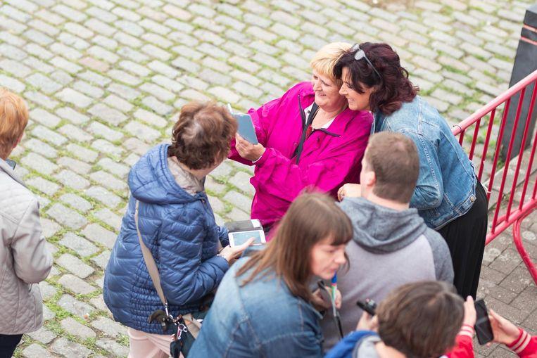 Annick Segal gaat op de foto met fans.