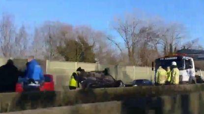 VIDEO Auto belandt vlak voor afrit E40 Erpe-Mere op dak