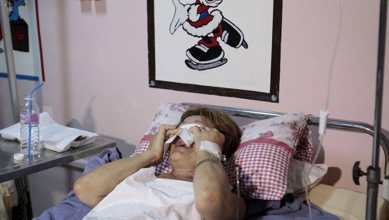 De 62-jarige vrouw Christine Callaghan raakte gewond aan haar been, maar heeft haar leven aan een brillendoos in haar strandtas te danken.