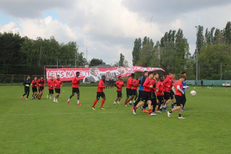 De supporters hingen de tifo alvast uit aan het trainingsveld om de spelers aan te moedigen