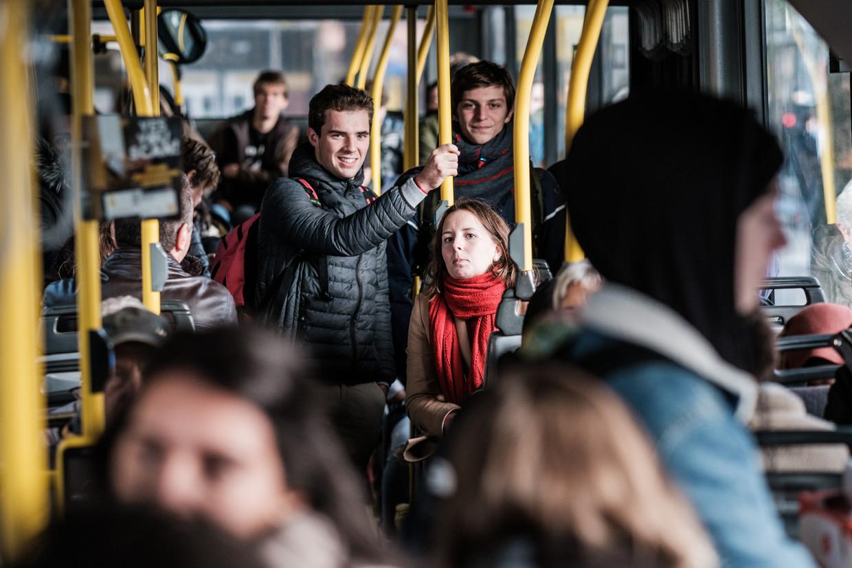 Passagiers op een bus van De Lijn. Beeld Bob Van Mol