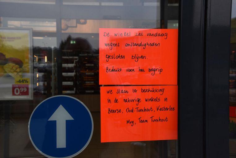 Klanten stonden voor de middag voor gesloten deuren.