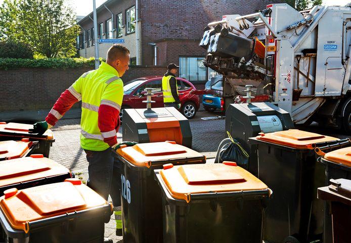 Vuilnismannen legen kliko's voor plastic, blik en pak in de Utrechtse wijk Parkwijk (Leidsche Rijn). Het aparte inzamelen is kort geleden ingevoerd, maar lijkt zijn langste tijd alweer te hebben gehad.
