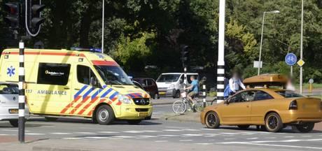 Fietsster gewond bij botsing met auto in Enschede