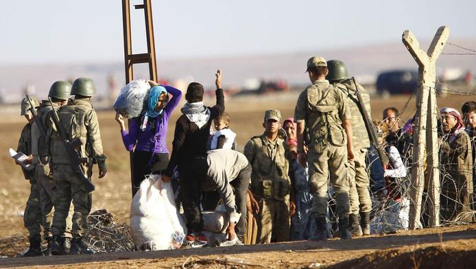 Koerdische vluchtelingen uit Syrië bij de grens met Turkije.