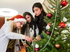 Scholieren tuigen kerstbomen op in verzorgingstehuizen Breda