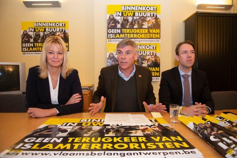 Anke Van dermeersch, Filip Dewinter en Sam Van Rooy stellen de VB-campagne voor. Ze willen dat de Belgische overheid de deur op slot houdt voor IS-strijders én hun gezin.