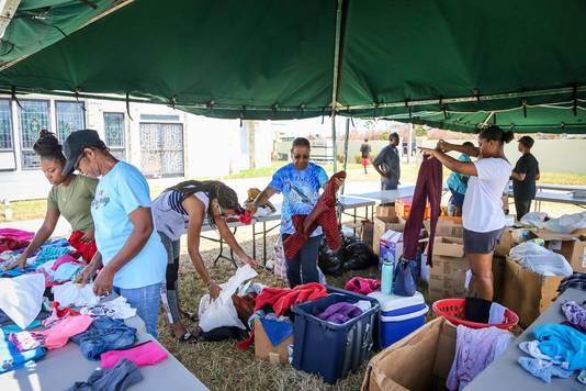Bij een kerk in Freeport, op het eiland Grand Bahama, werden deze week kleren uitgedeeld als noodhulp