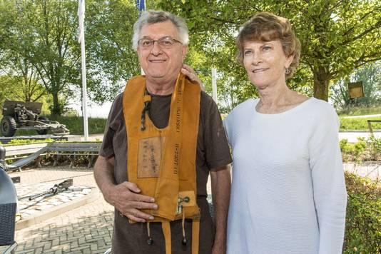 Zoon Bob Olbinski en dochter Jean Williams bezoeken het Bevrijdingsmuseum in Nieuwdorp waar een reddingsvest van hun vader Robert Olbinski bewaard is gebleven.