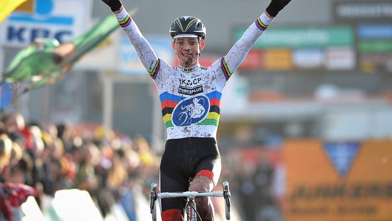 Het beeld van een juichende Mathieu van der Poel wordt zo stilaan vaste prik. Na Tabor vorige week en Lille gisteren was het vandaag weer prijs.