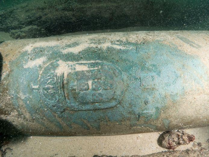 Voor de Portugese kust werd een scheepswrak gevonden dat onder meer dit kanon met zich meevoerde.