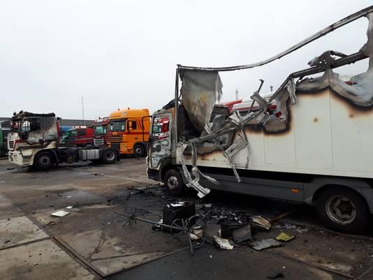 De twee uitgebrande vrachtwagens op het bedrijfsterrein van Daniëls aan de Hogelandseweg.