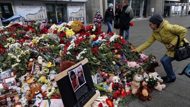 Mensen herdenken de slachtoffers van de vliegramp op het vliegveld van St. Petersburg Beeld AP