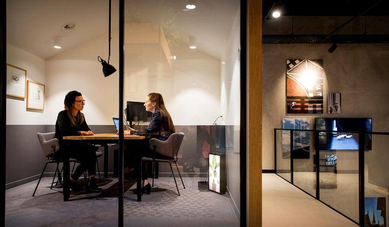 Een klant heeft een gesprek in een kantoor van ING. Beeld ANP