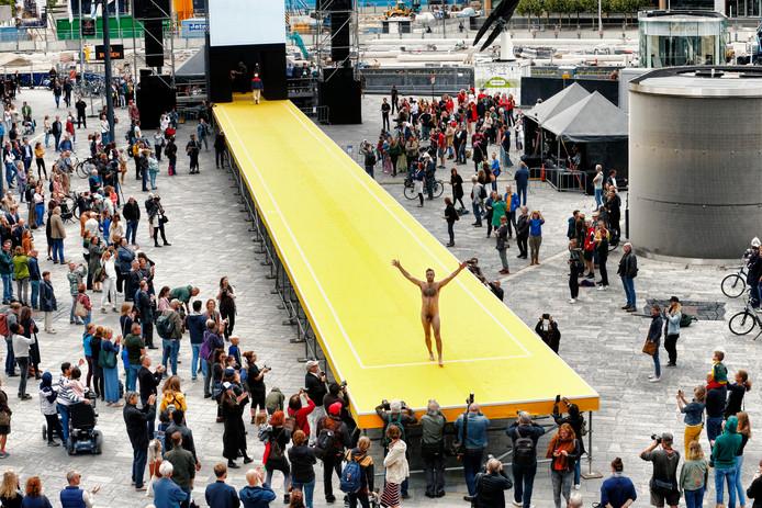 Onder de driehonderd inwoners van de stad die zich vanmiddag presenteerden op de catwalk op het Jaarbeursplein ook deze naakte Utrechter.