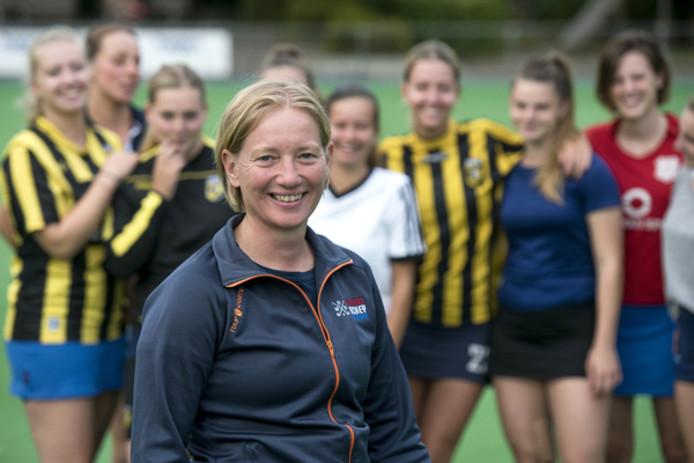 Judith Sijbrands, de ervaren keepster van HC Arnhem, kreeg wel drie goals tegen, maar de Velpse aanval was goed voor een zevenklapper