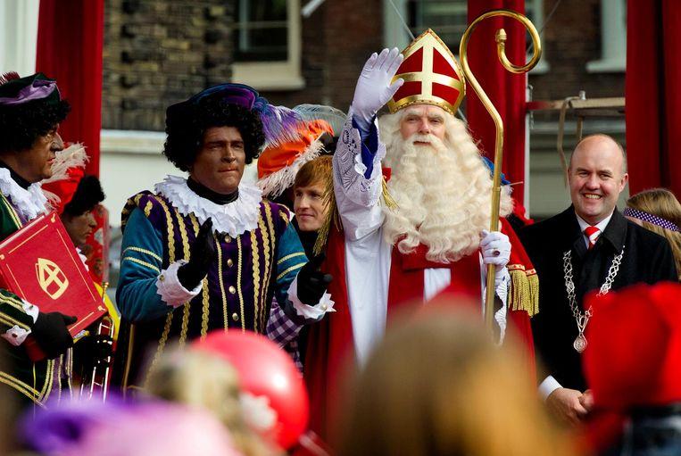 Erik van Muiswinkel als Hoofdpiet naast Sinterklaas. Beeld ANP