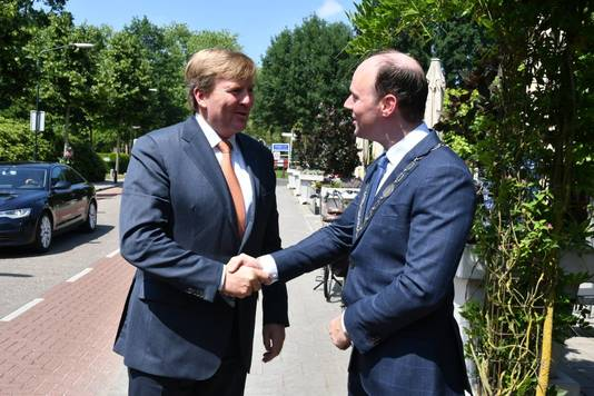 Koning Willem-Alexander schudt burgemeester Ryan Palmen van Hilvarenbeek de hand.