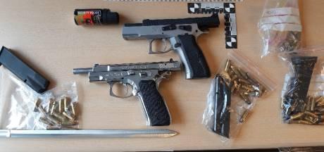 Vader en zoon opgepakt voor betrokkenheid grote drugsloods Nuenen: wapens en 10.000 euro gevonden bij aanhouding