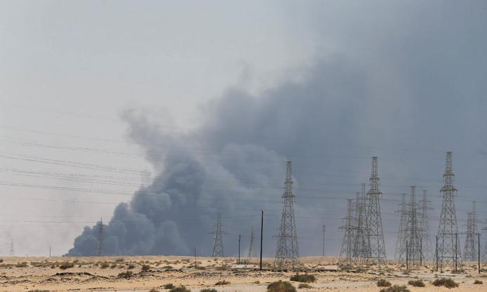 Zwarte rookwolken stijgen op uit de Saudische raffinaderij in Abqaiq na de aanval met drones