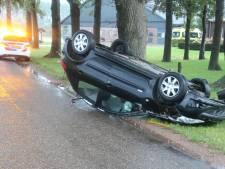Auto ramt bij Harfsen boom en landt ondersteboven