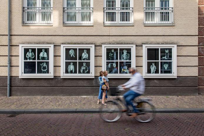 30 foto's, gemaakt door Raphaël Drent, achter ramen aan de Korenmarkt.