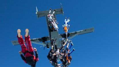 Parachutist trekt veiligheidsharnas uit en stapt tijdens duosprong uit het leven
