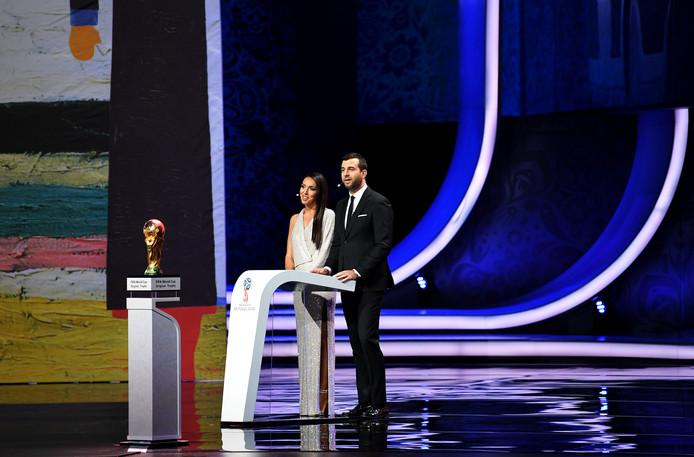 Zangeres Alsou (links) op het podium.